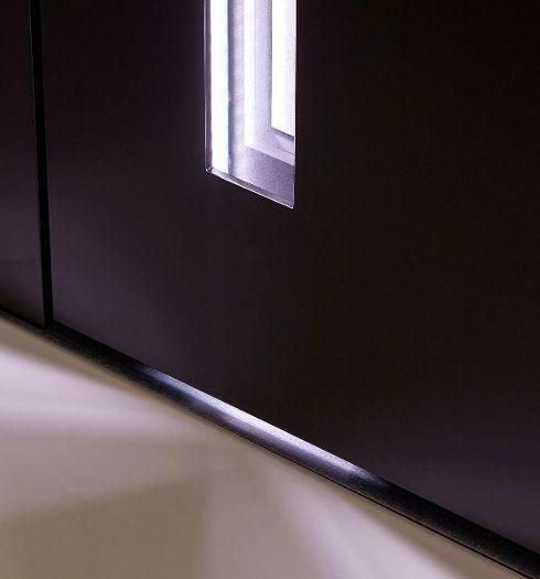 Beleuchteter Glasausschnitt einer Haustür mit energieeffizienten, lichtstarken LEDs.