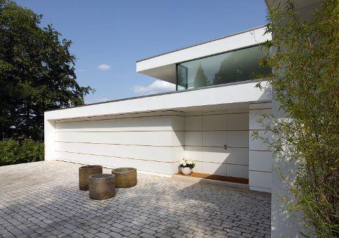 Sie wünschen, wir machen daraus die individuelle Haustür – z .B. perfekt und beinahe unsichtbar in Design und Struktur der Fassade integriert. TRENDTÜREN-Modell DL 700 Verkehrsweiß, mit waagrechten Sonderfugen.