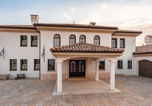 Haustüren von TRENDTÜREN werden kundenindividuell, passend zu jedem Architekturstil gefertigt – hier als repräsentatives Portal einer Villa im Stil einer Hazienda. Modell SW 001, 2-flügelig, Farbe Sipo 172S.