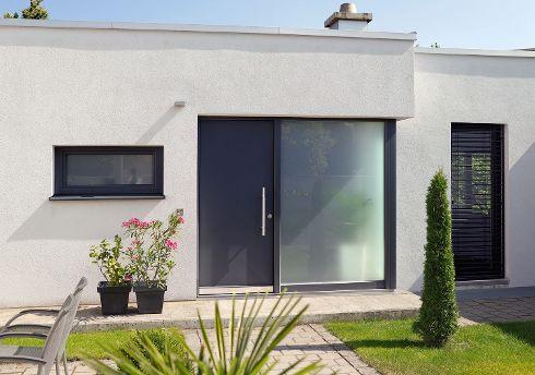 Die Farbe einer Haustür von TRENDTÜREN kann – wie bei diesem Modell DS 700 in Anthrazitgrau mit großflächigem Seitenteil S1 – perfekt auf den Farbton der Fensterrahmen abgestimmt werden.