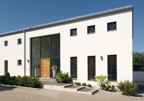 In einer modernen, gestalterisch strengen Architektur sind die Haustüren von TRENDTÜREN mit samtig warm-tonigen Natur- und Altholzoberflächen ein toller Blickfang. Modell DL 700 in Alteiche hell 140E in einer Glas-Fassade.