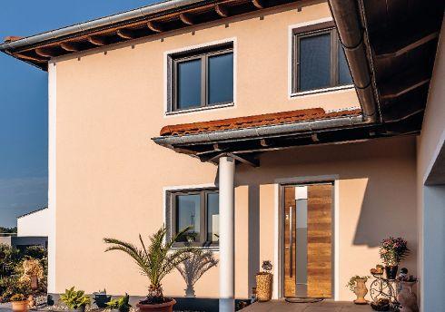 Mit kompetenter Beratung gewährleisten die TRENDTÜREN-Händlerpartner, dass die Haustüren stets perfekt auf Stil und Design eines Gebäudes abgestimmt sind. Hier das Modell DL 250 in Alteiche hell 140E, Stock Trend 933 mit Glasausschnitt und Edelstahlapplikationen.