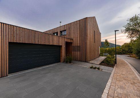 Der wachsenden Begeisterung für natürliche Materialien und Designs in der modernen Architektur trägt TRENDTÜREN mit einer umfangreichen Kollektion schöner Haustüren mit Naturholz-, Schiefer- und Keramikoberflächen Rechnung.
