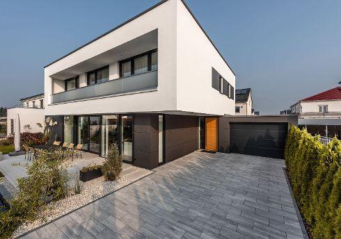 Schöne Haustüren mit einer Oberfläche in elegantem Echtholzfurnier in Lärche wie dieses TRENDTÜREN-Modell DS 700, Lärche geölt 155L, Stock Tiefschwarz mit rahmenlosem Seitenteil S 99 sind in modernen Gebäuden ein attraktiver Blickfang