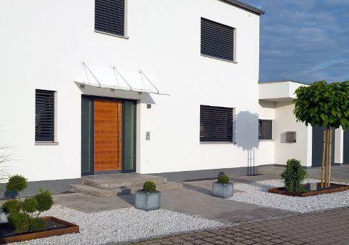 Natur trifft Eleganz. Einen attraktiven Auftritt im eleganten Umfeld einer modernen Fassadengestaltung liefert diese Haustür von TRENDTÜREN, Modell DL 700 in Lärche geölt und Stock in Anthrazitgrau, inklusive Seitenteil S1.