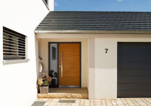 Erste Wahl in Nummer 7. Mit diesem schönen DuoLine-Modell DL 700 mit Naturholzoberfläche Lärche 151L und  Seitenteil S1 links hat TRENDTÜREN den Haustüren-Traum der Bewohner von Nummer 7 wahr werden lassen.