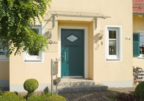 Welche Designvorlieben Haustüren von TRENDTÜREN auch immer erfüllen – hohe handwerkliche Kompetenz und modernste Fertigungstechnik garantieren Qualität auf höchster Stufe; wie hier beim Sondermodell SW 301 in Moosgrün.