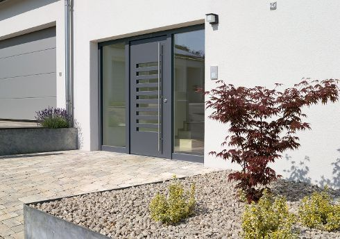 Bei TRENDTÜREN können Kunden in Sachen Wunschdesign ruhig quer denken – wie bei diesem Haustür-Model DS 582, Graphitgrau, mit 9 waagrechten Glasausschnitten und zwei Seitenteilen S1.