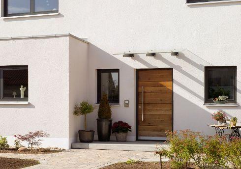 """""""A Warm Welcome"""" bereiten die warmen Farbtöne dieser Haustür von TRENDTÜREN, Modell DL 700 mit Vorsatzschale und schöner Naturholzoberfläche in geölter Alteiche hell 140E, bei jedem Heimkommen."""