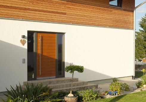 So wird das Heimkommen zum Vergnügen – Haustür von TRENDTÜREN, Modell DS 700 mit echtholzfurnierter Oberfläche in Lärche geölt 156L sowie mit Seitenteilen.